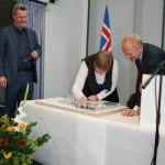 Sáttmálanum komið fyrir í Íslandslíkaninu.